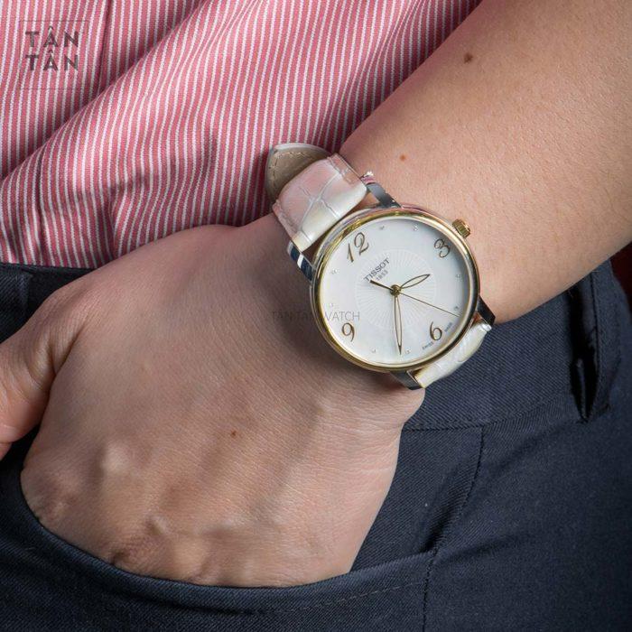 Đồng hồ Tissot T052.210.26.116.00 đeo trên tay