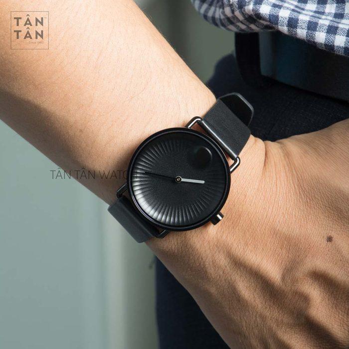 Đồng hồ Movado 368003 đeo trên tay