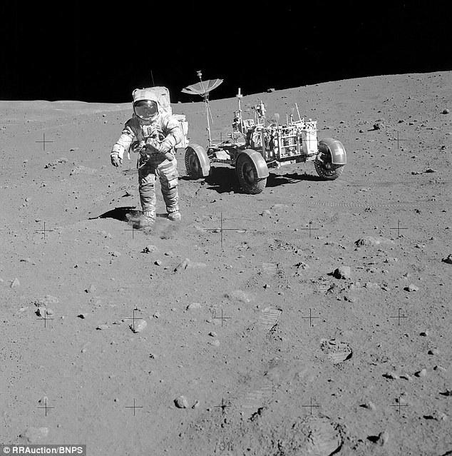 Đồng hồ Bulova chứa bụi mặt trăng trị giá 1,6 triệu USD 4