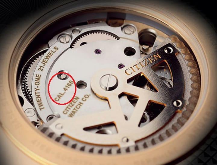 Tên của bộ máy sau lưng đồng hồ Citizen.