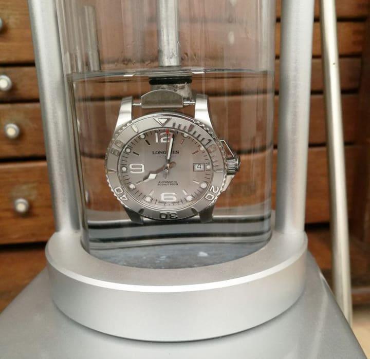 đồng hồ bị hấp hơi nước