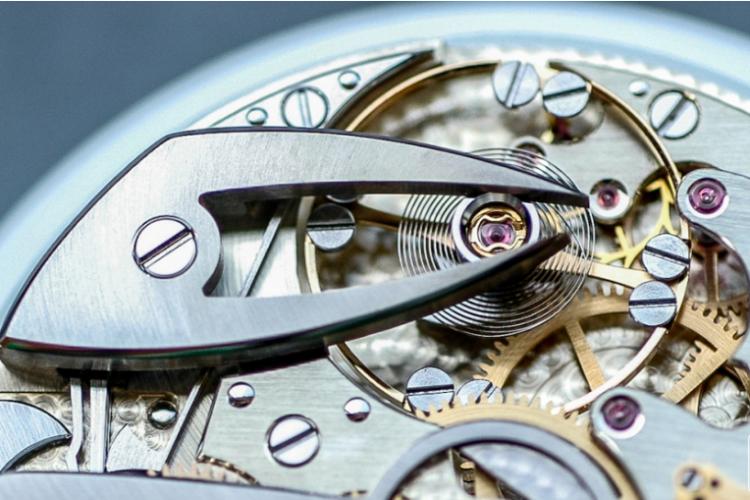 bánh xe cân bằng trong đồng hồ Longines cơ